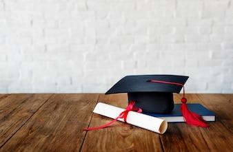 Mortarboard und ein Abschlussdiplom