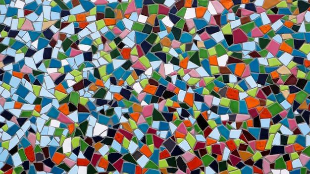 Mosaik an der großen wand in verschiedenen formen und farben. abstrakter bunter mosaikbeschaffenheitshintergrund.