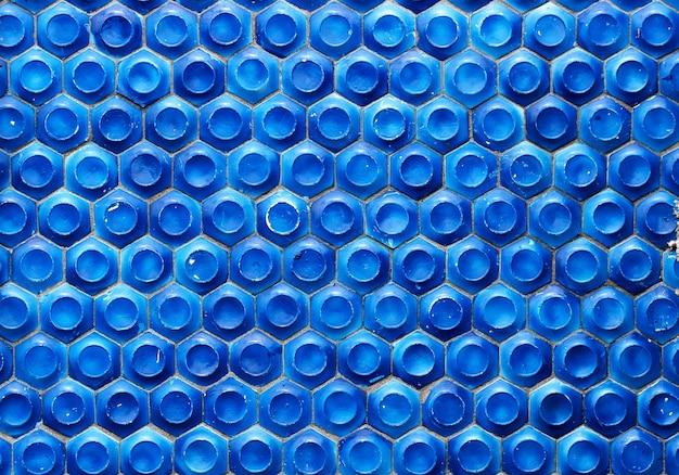 Mosaik der sowjetzeit in form von waben auf einer betonwand. selektiver fokus.