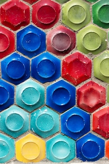 Mosaik der sowjetzeit in form von waben auf einer betonwand.