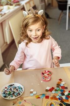 Mosaik-puzzle-kunst für kinder, kreatives spiel der kinder. zwei schwestern spielen mosaik