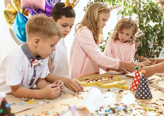 Mosaik-puzzle-kunst für kinder, kreatives spiel der kinder.