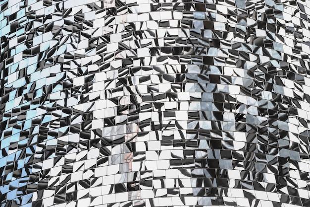 Mosaik von spiegelstücken mit reflexion. abstrakter spiegelhintergrund, der aus spiegelfragmenten besteht.