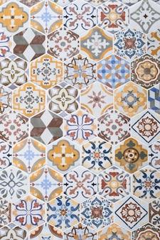 Mosaikfliesen, bunte wandbeschaffenheit, abstraktes muster, gestaltungselement. vintage-fliesen-hintergrund. azulejo ornament, bodenfläche. gefliester hintergrund. hintergrund. bemalte zinnglasierte keramikfliesen.