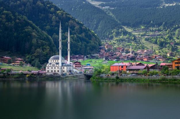 Moschee auf dem gebirgssee uzungol, trabzon, die türkei
