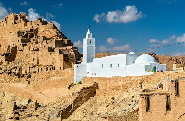Moschee in chenini, einem befestigten berberdorf im gouvernement tataouine, südtunesien