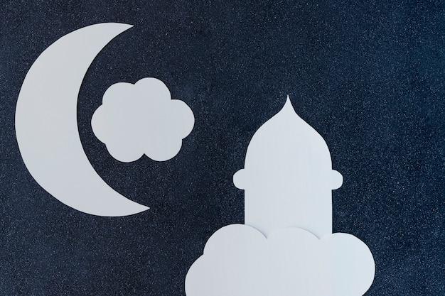 Moscheenturm und halbmond mit wolke