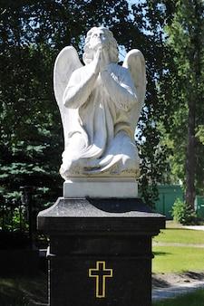 Moskau, russland - 19. juni 2021: skulptur eines engels im hof des nowodewitschi-klosters in moskau