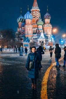 Moskau, russland - 31. januar 2020: ein mädchen steht auf dem roten platz vor dem hintergrund der basilius-kathedrale