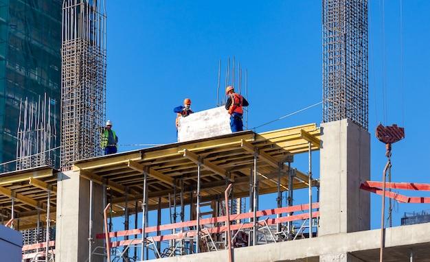 Moskau, russland: arbeiter auf der baustelle von neuen wohngebäuden