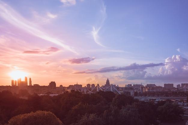 Moskau stadtlandschaft bei sonnenuntergang