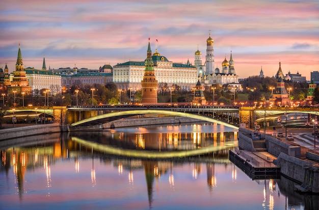 Moskauer kreml und die bolschoi-kamenny-brücke mit spiegelung im wasser der moskwa