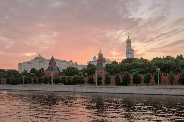 Moskauer kremlufer und moskauer fluss bei sonnenuntergang. architektur und wahrzeichen russlands.