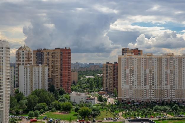 Moskauer nachbarschaft, neues gebäude im norden der hauptstadt. moderne wohnanlage für familien, luftaufnahme.