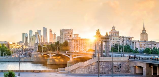 Moskauer skyline geschäftsviertel und moskwa in russland bei sonnenuntergang