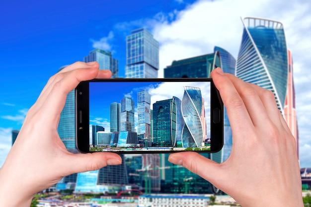 Moskauer stadt, russland modernes stadtzentrum der wolkenkratzer. tourist macht ein foto