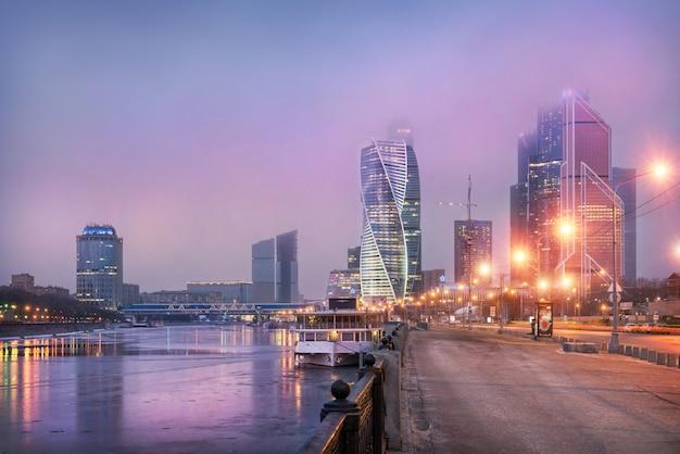 Moskauer stadt unter lila wolken