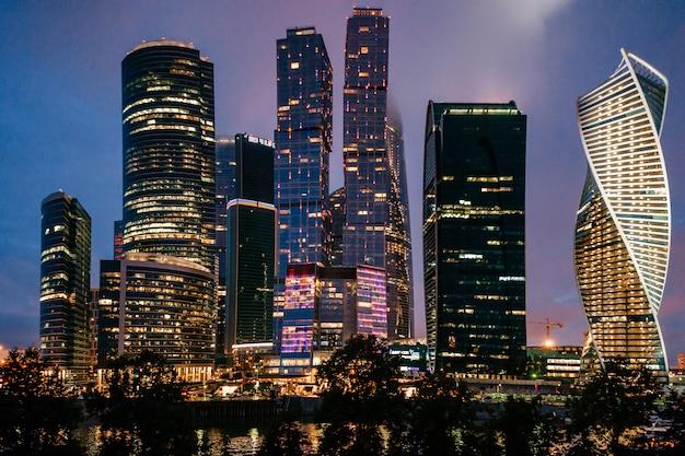 Moskauer stadttürme in der nacht. geschäftsgebäude. stadtblick. berühmter touristischer ort in russland.