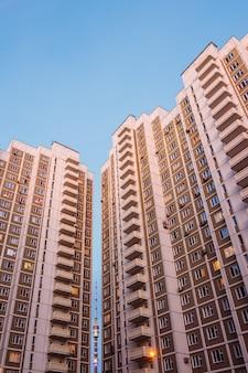 Moskauer wolkenkratzer mit ostankino dazwischen