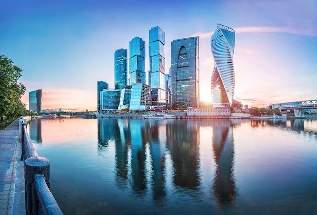 Moskauer wolkenkratzer und reflexionen im moskauer fluss