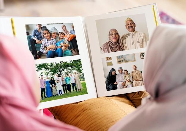 Moslemische familie, die in einem fotoalbum schaut