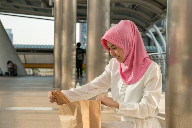 Moslemische frau betrachtet das einkaufen