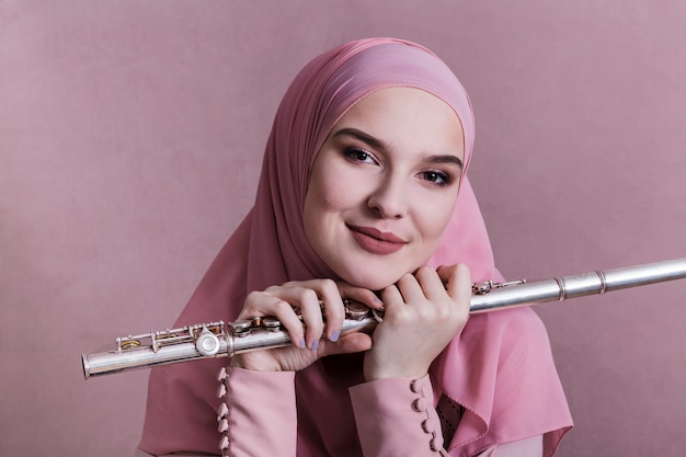 Moslemische frau, die auf der flöte spielt