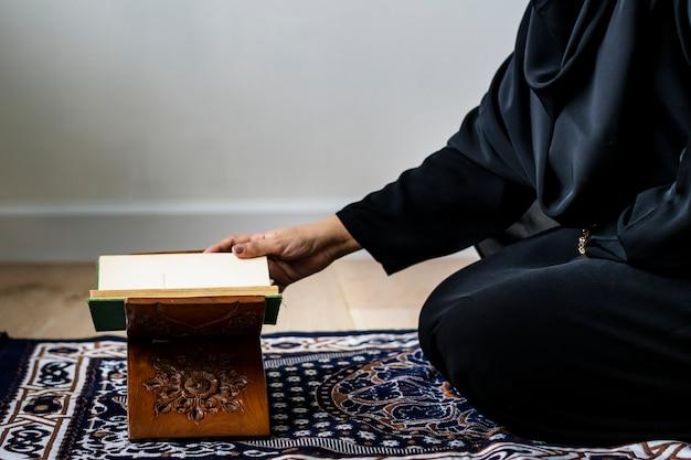 Moslemische frau, die vom quran liest
