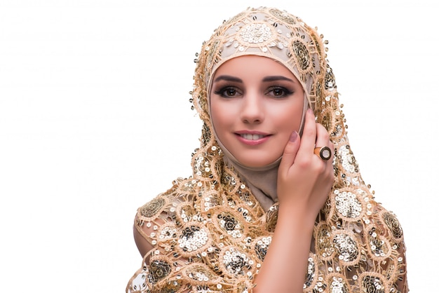 Moslemische frau in der goldabdeckung lokalisiert
