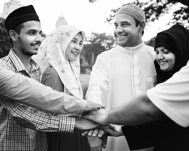 Moslemische freundesgruppe, die hände stapelt