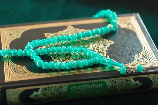 Moslemische gebetsperlen auf holzoberfläche