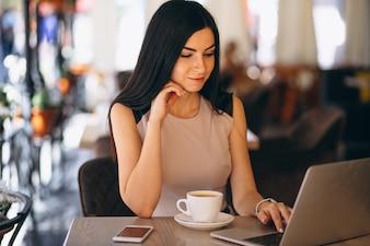 Moslemische Geschäftsfrau, die an Computer arbeitet