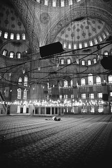 Moslemischer gläubiger, der innerhalb einer moschee betet
