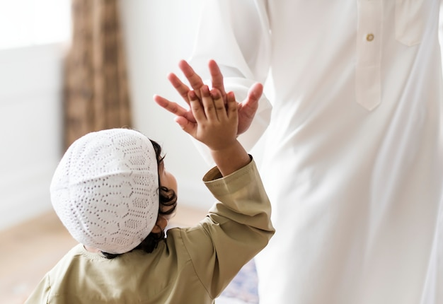 Moslemischer junge, der hohe fünf gibt