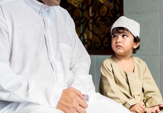 Moslemischer junge, der wie zu salah lernt