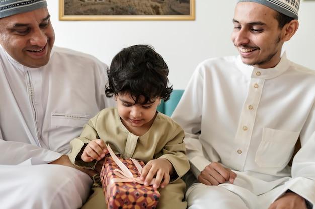 Moslemischer kleiner junge mit seiner familie