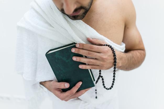 Moslemischer mann, der als bereit zu hajj kaaba in mekka besuchend aufwirft