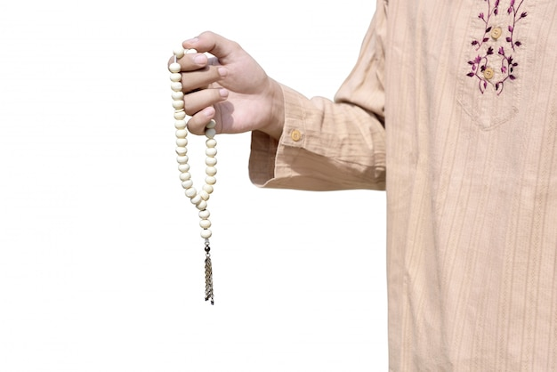 Moslemischer mann, der gebetsperlen hält