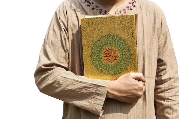 Moslemischer mann, der heilige schrift hält