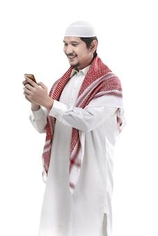Moslemischer mann, der mobiltelefon verwendet