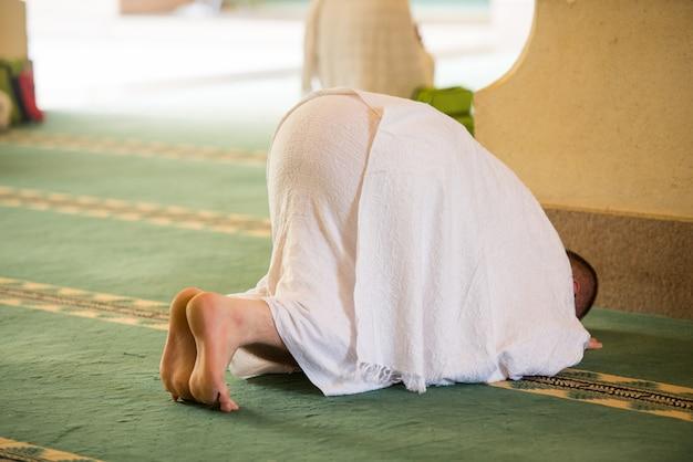 Moslemischer mann, der seinen besuch zur heiligen moschee genießt
