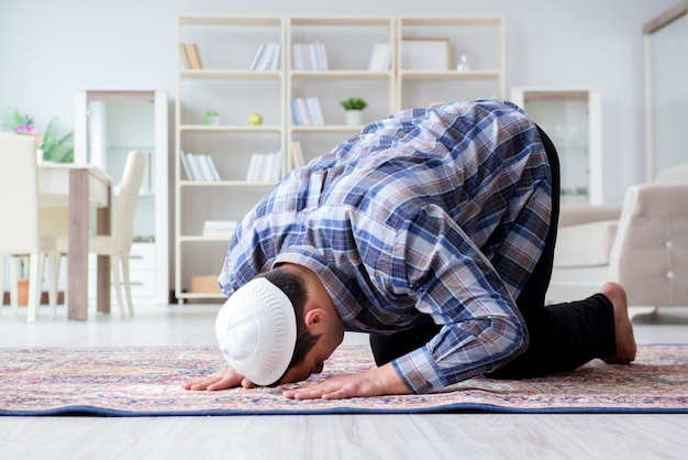 Moslemischer mann, der zu hause betet