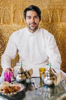 Moslemischer mann im arabischen restaurant