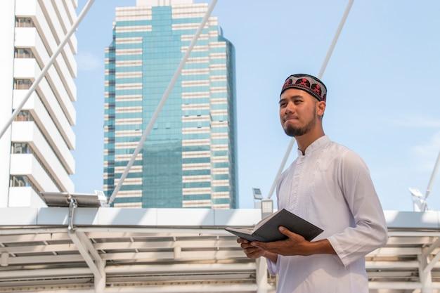 Moslemischer mannstudent in der universität