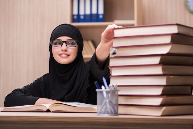 Moslemischer student der frau, der für prüfungen sich vorbereitet