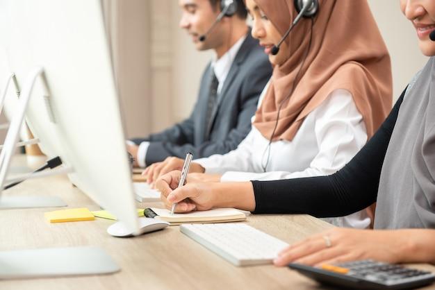 Moslemisches call-center-team, das im büro arbeitet