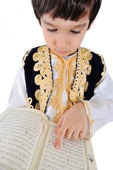 Moslemisches kind, das koran liest