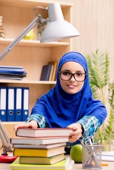 Moslemisches mädchen, das für aufnahmeprüfungen sich vorbereitet