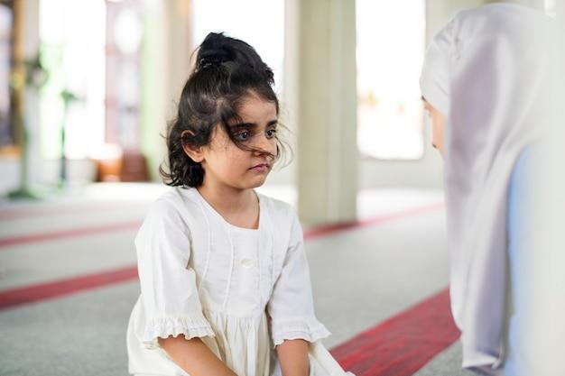 Moslemisches mädchen in der sonntagsschule