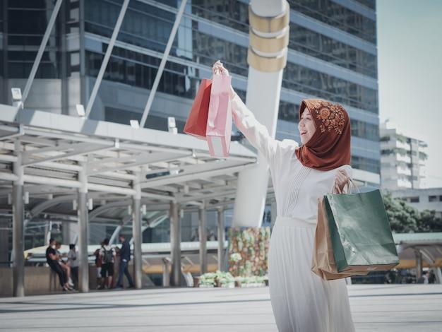 Moslemisches mädchen mit einkaufstasche